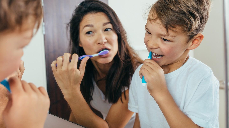 Um jeden Zahn zu schützen, müssen Eltern ihren Kindern die richtige Mundhygiene zeigen.